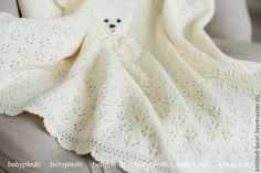 Купить или заказать Вязаный детский плед с медвежонком в интернет-магазине на Ярмарке Мастеров. Вязаный плед - прекрасный подарок к рождению малыша. Он создаёт тепло и уют. Мягкие вязаные пледы для новорожденных можно использовать в качестве конвертов на выписку, как покрывало на кровать, чтобы согреть малыша в коляске. Описание: Двойной плед (без изнаночной стороны) с кружевной обвязкой по периметру. Одна сторона - ажур, другая - лицевая гладь.