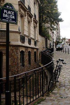La place Dalida  (Paris 18ème).