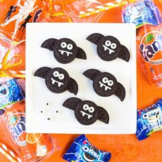 Going batty over these little OREO bats how cute?! And making fun little party to go goodie bags! I  Halloween! #spookysnacks #bhgfall #halloween #ad @walmart #cute #partyfood