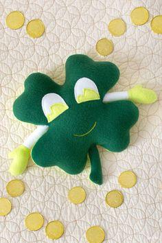 Free Shamrock Plush Sewing Pattern for St. Patrick's Day Animal Sewing Patterns, Stuffed Animal Patterns, Sewing Patterns Free, Free Sewing, Fabric Pen, Fleece Fabric, Plush Pattern, Pattern Paper, Ladder Stitch