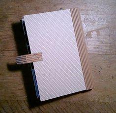 Coucou !! Voici le tutoriel d'un album vraiment très simple à réaliser mais qui fait son petit effet !! J'espère qu'il plaira à sa dest... Scrapbooking Technique, Album Photo Scrapbooking, Diy Scrapbook, Scrapbook Albums, Junk Journal, Bullet Journal, Mini Album Scrap, Origami, Mini Books