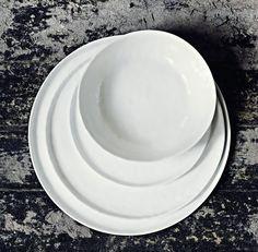 Stor mattallrik i vit keramik. Tallrik- rejäl mattallrik eller mindre uppläggningsfat. Stilrent enkelt vitt porslin - kombinera med allt! Vita tallrikar