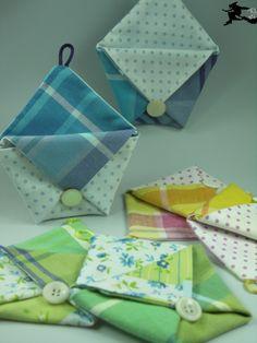 Irgendwo habe ich mal solche kleinen Stofftäschchen gesehen, die genau wie die Papier-Origami-Becher gearbeitet waren. Sie haben mir so ...