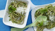 Schneller geht's mit fertigem Pesto kaum – und leckerer schon gar nicht: Blitznudeln mit grünem Pesto | http://eatsmarter.de/rezepte/blitznudeln-gruenem-pesto