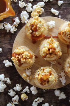Vaniljecupcakes med karamellisert popcorn og salt karamell  #cupcakes #muffins #vanilje #vaniljecupcakes #vanillacupcakes #saltedcaramel #popcorn #noetilkaffen #baking #homebaking #oppskrift #recipe Fete Marie, Popcorn Cupcakes, Cupcake Recipes, Panna Cotta, Peanut Butter, Caramel, Muffins, Birthday Parties, Vanilla