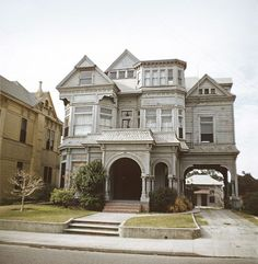 """This is a picture of a Los Angeles that no longer exists. Affectionately knick-named """"the Castle"""", this elegant Victorian house was one of many in the once prestigious neighbourhood of Los Angeles, known as Bunker Hill. Old Mansions, Abandoned Mansions, Abandoned Houses, Old Houses, Abandoned Places, Victorian Architecture, Beautiful Architecture, Beautiful Buildings, Beautiful Homes"""