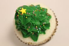Our holiday cupcakes are perfect to decorate your dessert table! #carlosbakery