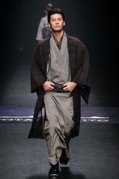 Men's kimono by Jotaro Saito, AW 2014 Male Kimono, Yukata Kimono, Kimono Outfit, Kimono Fashion, Japanese Costume, Japanese Kimono, Japanese Male, Japanese Outfits, Japanese Fashion