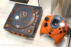 Custom Half-Life Sega Dreamcast - Created by Vadu AmkaYou can read more about this console on the artist's website.You can see more of this artist's work here.