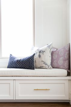 Window Seat w/ Navy & Lavender Pillows Cocina Office, Style Me Pretty Living, Diy Home, Home Decor, All White Kitchen, Cottage, Living Spaces, Living Room, Bedroom Decor