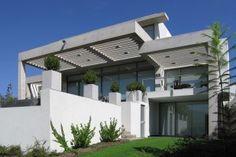 Casa Colina La Gloria - Chile  Arquitectos M. Fernanda Errázuriz & Claudia Ávila  Material: Hormigón Visto - Estuco  http://aoa.cl/oficina/errazuriz-avila-arqtos-asoc/