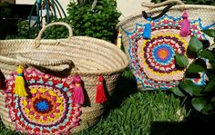 s-media-cache-ak0.pinimg.com originals fb 39 ed fb39ed87ba743bec37f998970237a963.jpg Ethnic Bag, Summer Bags, Ibiza Fashion, Handmade Bags, Straw Bag, Diy Straw, Crochet Bikini, Crochet Potholder Patterns, Embroidery Bags