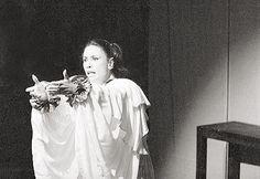 Dina Kutner de Souza, atriz Inquieta, profunda, dona de uma presença física singularmente sedutora e de uma aguda inteligência interpretativa, Dina Sfat, como ficou conhecida, distingue-se, na sua carreira teatral, pela exigência e coerência com que selecionava os seus compromissos profissionais. Artista de proa que verbalizava e expressava as reivindicações nacionais contra a injustiça e a opressão durante o período da ditadura.