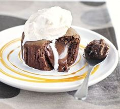 Chocolate fondant Recipe -- By Gordon Ramsay -- BBC Good Food Brownie Desserts, Oreo Dessert, Mini Desserts, Dessert Recipes, Bbc Good Food Recipes, Cooking Recipes, Yummy Food, Gordon Ramsay, Chefs