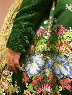 Traje fallera 18th Century Dress, Fancy Gowns, Renaissance Clothing, Fantasy Dress, Period Outfit, Brocade Fabric, Traditional Fashion, Folk Costume, Fashion Story