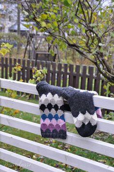 IHANAT SYYSSUKAT JÄMÄLANGOISTA | PUISTOLASSA | Bloglovin' Wool Socks, Shrek, Knitting, Knits, Blog, Breien, Woolen Socks, Tricot, Stricken