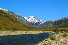 El río Carrión engrosa su cauce a su paso por el valle de Pineda, dejando atrás la laguna de fuentes carrionas que se encuentra en el parque natural fuentes carrionas y fuentes cobre, montaña palentina.