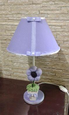Abajur lilás com cúpula revestida em tecido com arranjo de vaso mdf com flor de tecido e feltro.  Aceito pedidos em outras cores. R$ 54,90
