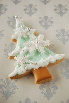 Cookies Decorated Ideas Snowflake Ideas For 2019 Christmas Tree Cookies, Iced Cookies, Christmas Sweets, Christmas Cooking, Noel Christmas, Christmas Goodies, Cookies Et Biscuits, Holiday Cookies, Snowflake Cookies