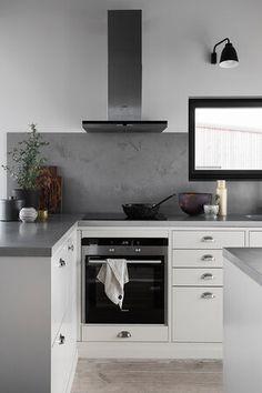 Bistro østersbeige   Drømmekjøkkenet Kitchen Island Decor, Kitchen Room Design, Interior Design Kitchen, Small U Shaped Kitchens, Small Space Kitchen, Kitchen Upgrades, Stylish Kitchen, Kitchen Furniture, Cool Kitchens