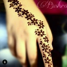 You HAVE to see these Minimal new mehndi design ideas for this wedding season! Party the mehndi party away with these back of the hand henna ideas! Henna Flower Designs, Mehndi Designs Finger, Mehndi Designs For Beginners, Unique Mehndi Designs, Mehndi Designs For Fingers, Beautiful Mehndi Design, Simple Mehndi Designs, Mehandi Designs, Mahendi Designs Simple