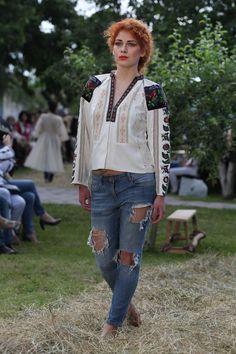 Оксана Караванська вперше показала свою колекцію Vyshyvanka Couture в  Україні  8b816c2f4492c