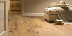 Suelo de madera maciza con acabado natural muy apropiado para decoración de ambientes con colores neutros.