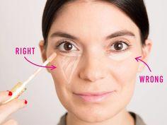 No apliques unos pocos puntos de corrector. Crea un triángulo invertido debajo de tu ojo para ocultar las ojeras.