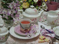 Chá da Amizade Receber uma amiga com um delicioso chá é sempre um agradável momento. Flores por todos os lados trazem boas energias e deixam a mesa alegre e jovial. Inspire-se!  Decoração da mesa:Heda Seffrin Fotografia:Simone Seffrin