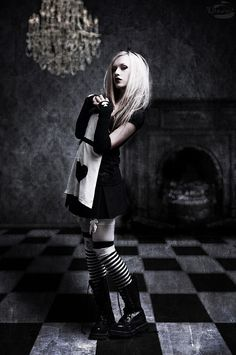 I'm in love with alice in wonderland and I'm getting into the grunge punk whatever style so this'll def be my Halloween costume :) Goth Beauty, Dark Beauty, Gothic Girls, Gothic Lolita, Dark Fashion, Gothic Fashion, Latex Fashion, Steampunk Fashion, Emo Fashion