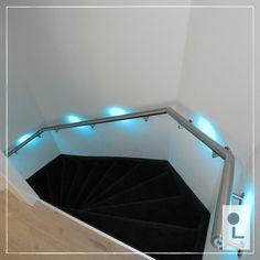 dubbele kwart draai trap met rvs trapleuning en het multicolour touch dim led verlichtingssysteem