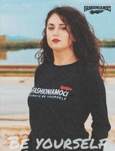 Felpa donna nera leggera con scritta del brand in velluto e logo  dirigibile. Il capo a6029516b743