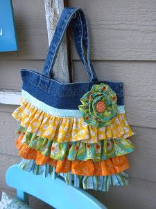 start with purchased tote - just add ruffles Jedi Craft Girl: Ruffled Bag Tutorial is Here! Jean Purses, Purses And Bags, Artisanats Denim, Bag Sewing, Ruffles Bag, Tote Tutorial, Diy Jeans Bag Tutorial, Denim Crafts, Fabric Bags