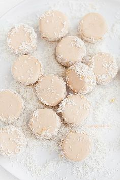 Raspberry & Coconut Cookies Image Via: Richele & Sydney Just Desserts, Delicious Desserts, Yummy Food, Cookie Sandwich, Coconut Cookies, Coconut Jam, Coconut Macaroons, Macarons, Brownies