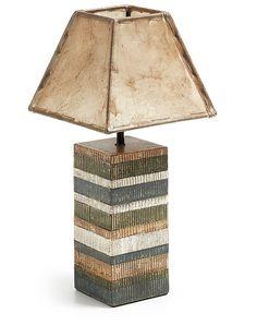 Questa lampada da tavolo emana un'atmosfera particolarmente naturale e sofisticata. Lo stile della  forma mescola la tendenza moderna.