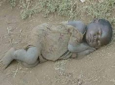 Can't express my feelings by looking at this sad picture. It hurts me so deep! We Are The World, People Of The World, Precious Children, Beautiful Children, Mundo Cruel, World Poverty, Foto Transfer, Bless The Child, Innocent Child