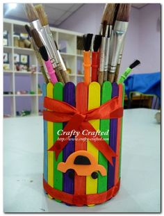 Recycled Popsicle stick pencil holder by Crafty Crafted, featured — Totally Green Crafts Kids Crafts, Cute Crafts, Craft Projects, Craft Ideas, Popsicle Stick Crafts, Popsicle Sticks, Craft Stick Crafts, Craft Sticks, Pop Stick