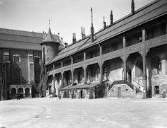 La cour du chateau royal, photo prise dans les années 30.