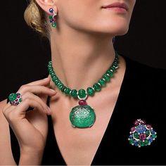 2,151 отметок «Нравится», 35 комментариев — J E W E L R Y  J O U R N A L❤️ (@jewelryjournal) в Instagram: «Mind blowing #Cartier carved #emeralds »