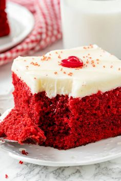 This easy red velvet cake is extra moist with the most delicious red velvet flavor and fluffy cream cheese frosting. It'll be your new favorite. Perfect Red Velvet Cake Recipe, Easy Red Velvet Cake, Red Velvet Flavor, Red Velvet Cookies, Red Velvet Cupcakes, Mocha Cupcakes, Strawberry Cupcakes, Vanilla Cupcakes, Red Velvet Cake Rezept