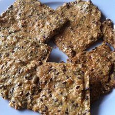 Crunchy crackers (ontbijt/tussendoortje) Ingrediënten: - 120 g noten en zaden (denk aan cashewnoten, macadamianoten, paranoten, amandelen, walnoten, hazelnoten, lijnzaad, pompoenpitjes, zonnebloempitjes, sesam, maanzaad) - mespuntje Keltisch zeezout - 1 eetlepel olijfolie - 1 biologisch ei - kruiden naar smaak, zoals oregano, tijm, kurkuma, paprikapoeder, peper, komijn, koriander, enzovoort. Klik op foto voor verdere uitleg......