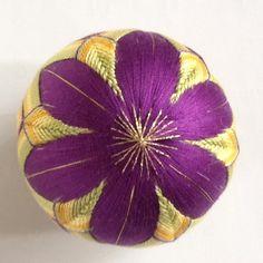 creemaお正月2016手まり てっせんです(クレマチス)。鮮やかな紫の花が上下にあります。出産祝いや、お雛様の飾り、結婚祝い等の贈り物や、 日本的な工芸品として、海外へのおみやげや贈り物にもどうぞ。 もちろん、インテリアとして飾るのも結構です。 使用糸は5番、25番刺繍糸、 土台から全て手作りです。(発砲スチロールは使用していません) 大きさは直径約8.5㎝、重量約60gです。