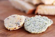 Essa receita é simples, mas é uma delícia para servir com pães e no caso da manteiga com ervas voce pode usar pra temperar carnes e peixes. Você pode usar essas ideias como base para criar os mais diversos sabores....