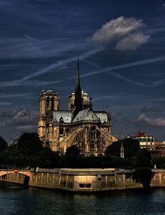 Notre Dame de Paris. So awesome at night. La utilización de arbotantes abre una nueva etapa en la arquitectura gótica. Se puede suprimir la tribuna, al recogerse los empujes de las bóvedas en un punto más alto, y los vanos pueden ocupar casi todo el espacio del muro.