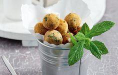Η φάβα στα καλύτερά της! Αυτοί οι κεφτέδες τρώγονται ζεστοί αλλά και κρύοι. Και αν τους βουτήξετε και μέσα στο λαδολέμονο της ρέγκας θα έχετε τον τέλειο μεζέ για το τσίπουρο ή την κρύα ρετσίνα. Dahl, Greek Recipes, Lentils, Muffin, Breakfast, Food, Morning Coffee, Lenses, Essen