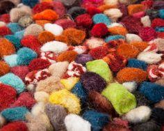 100%-ige Wolle macht diesen von Hand gewebten Filzteppich zu etwas ganz Besonderem.   Verpassen Sie nicht die Möglichkeit, einen so schönen Wollgarnteppich zu bestellen.  www.Sukhi.de
