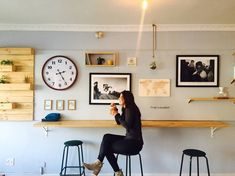 14 Extraordinary - Tremendous Home Interior And Decor Ideas : Unutterable woman sitting on stall near wall mounted desk Poster Photo, Wall Mounted Desk, Interior Design Magazine, Home Interior, Modern Interior, Interiores Design, Apartment Therapy, Dining Area, Coffee Shop