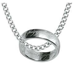 Anello in argento Sterling 925 con incisione. l.: 6,5 mm. Include collana in acciaio inossidabile, lunga 50 cm. Consegnato in un cofanetto regalo.