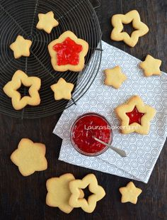 Sterren sandwich koekjes - christmas star sandwich cookies - Laura's Bakery Christmas Baking, Christmas Cookies, Healthy Treats, Yummy Treats, Pastry Recipes, Cookie Desserts, White Christmas, Gingerbread Cookies, Diy For Kids