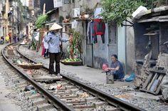 """Verkäuferin in der """"Zug-Gasse"""" in Hanoi"""